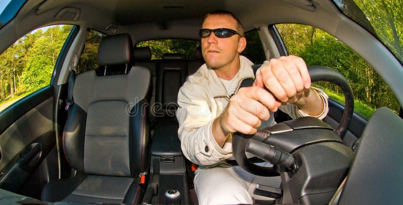 man för bilkörning arkivbild