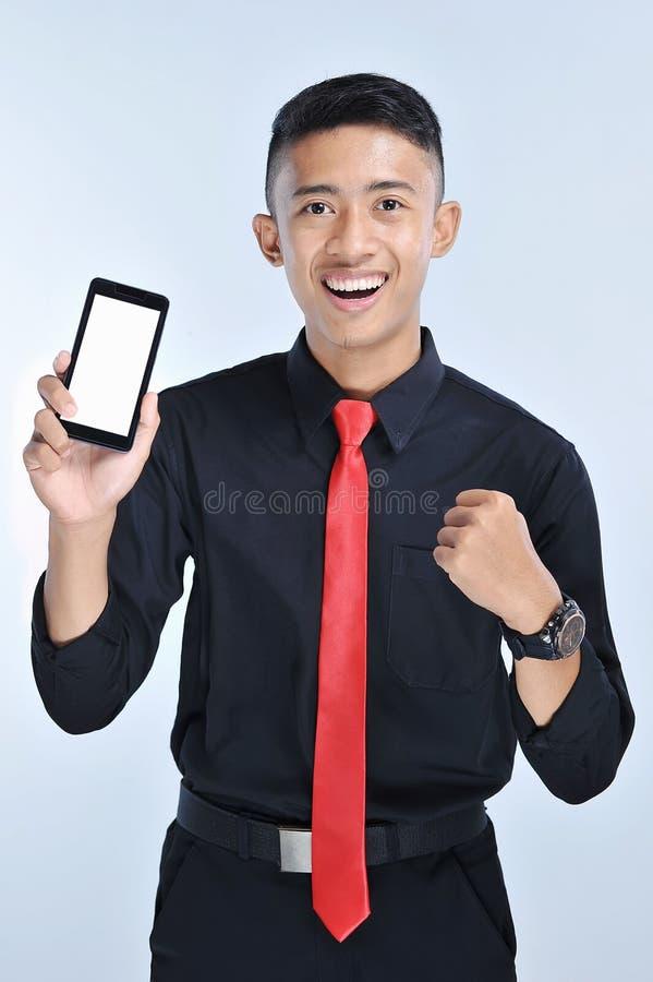 Man för framgångvinnareaffär som segrar på mobiltelefonappen Hurra affärsmannen som ser smartphoneonline-dobbelutmaning eller arb arkivbilder