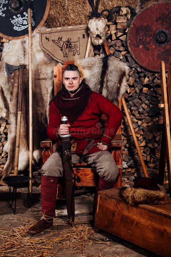 Man för härd en för hud för sköld för yxa för dräkt för vapen för krigare för smed för smedja för reenactment för kugge för svärd fotografering för bildbyråer
