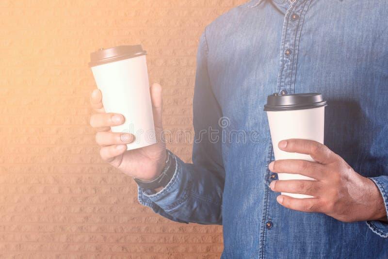 man för holding för kaffekopp arkivbild