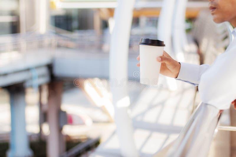 man för holding för kaffekopp royaltyfria foton