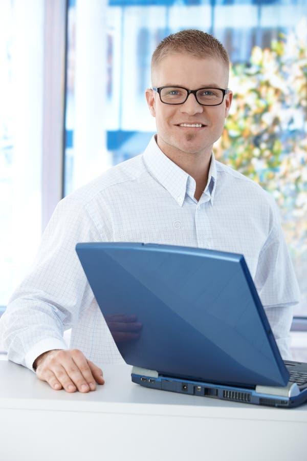 Man för kontorsarbetare med datoren royaltyfri foto