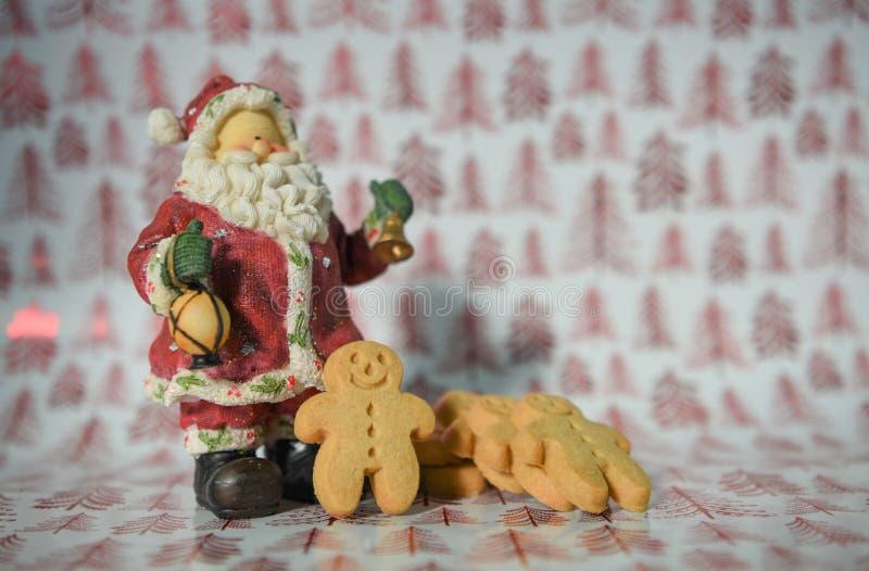 Man för pepparkaka för Jolly Christmas matfotografi med den Santa Claus garneringprydnaden på röd bakgrund för trädinpackningspap royaltyfria bilder