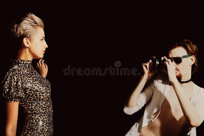 Man fotograferen jonge vrouwen royalty-vrije stock fotografie