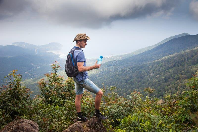 Man fotvandraren på en överkant av ett berg thailand som löper begrepp av en sund livsstil royaltyfri bild