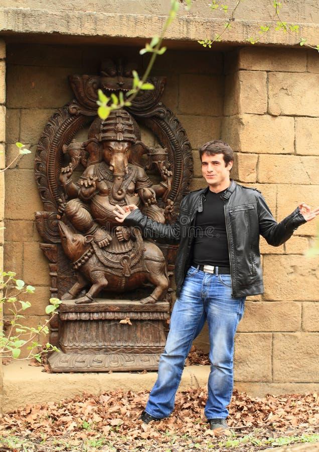 Man framme av Ganesha royaltyfria bilder