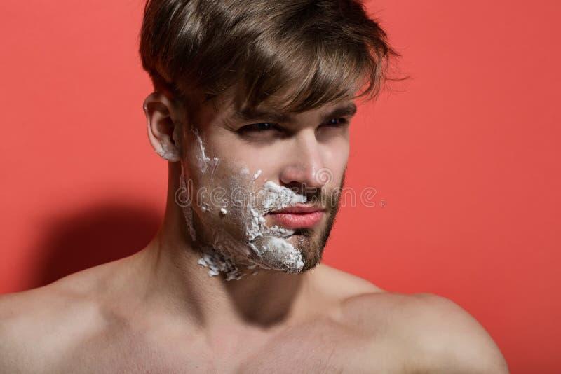 Man framsidahalvan som rakas och upps?kas med att raka kr?m arkivfoton