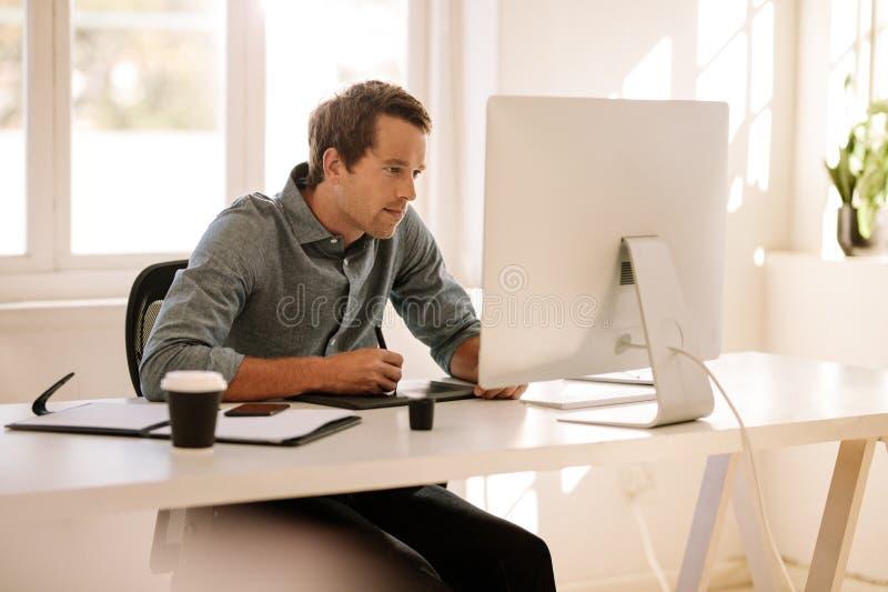 Man genom att använda en digitizer för att skriva text i dator arkivbilder