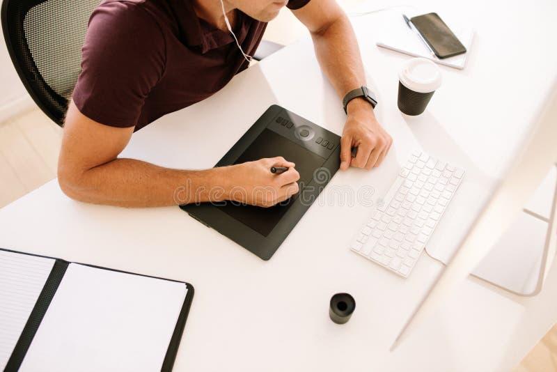 Man genom att använda en digitizer för att skriva text i dator royaltyfri foto