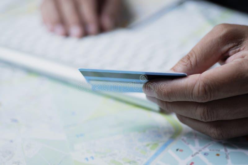 Man genom att använda en kreditkort för att boka en tur arkivbild