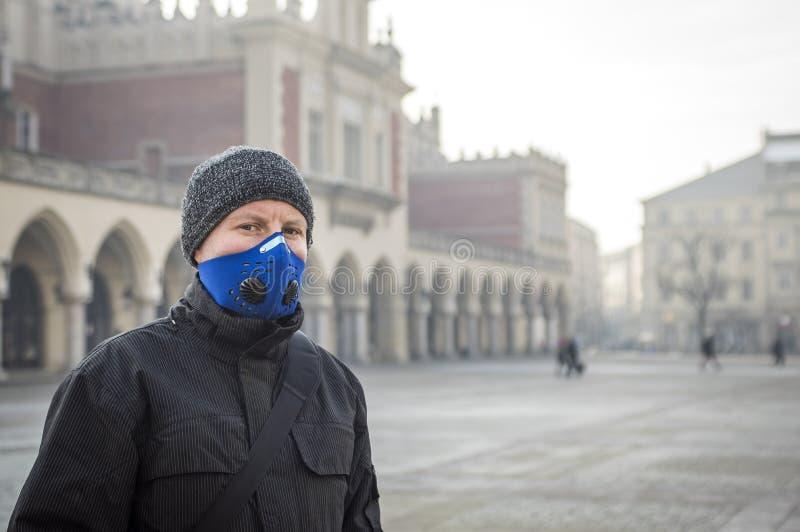 Man genom att använda en maskering - skydd mot smog royaltyfri fotografi