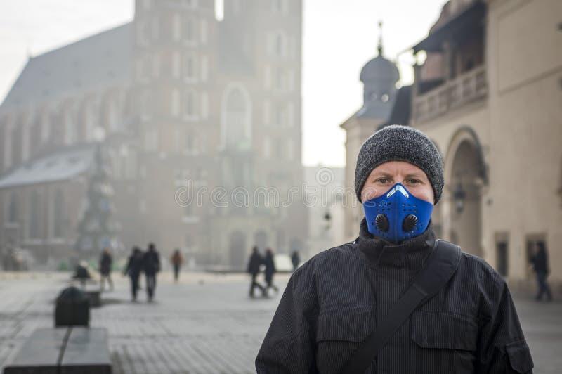 Man genom att använda en maskering - skydd mot smog royaltyfri foto