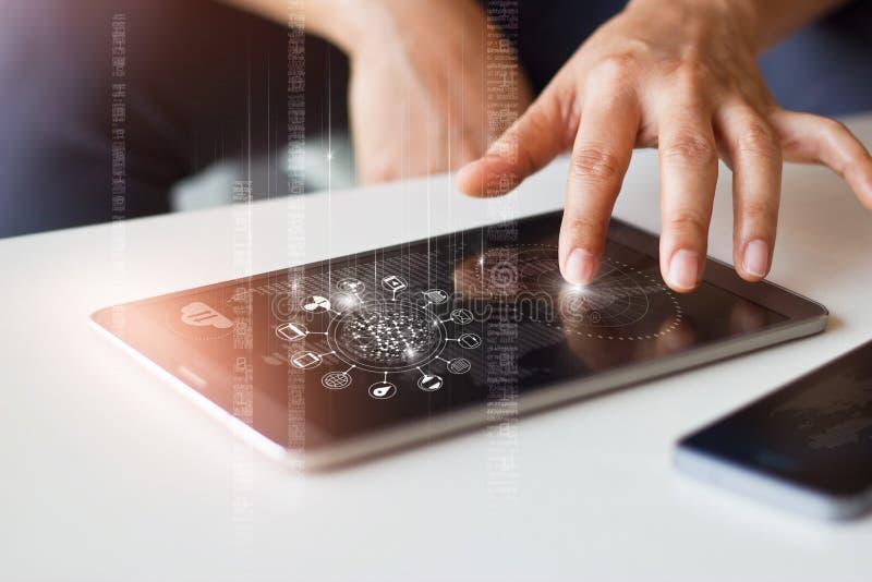 Man genom att använda mobila minnestavlabetalningar för online-shopping arkivfoton