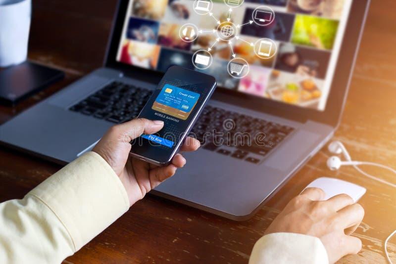 Man genom att använda online-shopping för mobila betalningar och anslutning för symbolskundnätverk på den skärm-, M-bankrörelsen  royaltyfri fotografi