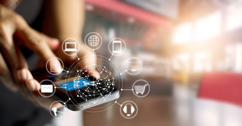 Man genom att använda online-shopping för mobila betalningar och anslutning för symbolskundnätverk på skärmen fotografering för bildbyråer