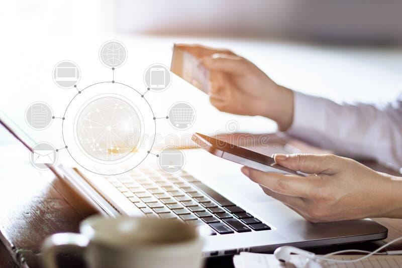 Man genom att använda online-shopping för mobila betalningar och anslutning för symbolskundnätverk på skärmen royaltyfri foto