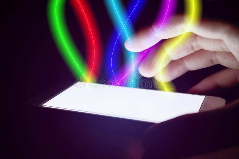 Man genom att använda smartphonen och skydd med optiskt ljus för fiber på mo arkivbilder