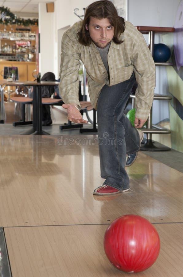 Man, genom att bowla arkivbild