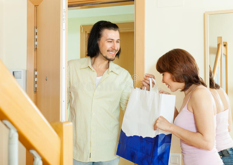 Download The Man Gives A Gift To Woman Stock Image - Image: 33296179