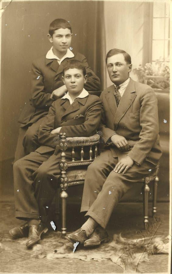 Man Group que toma a imagem no vintage de Romênia do estúdio imagens de stock royalty free