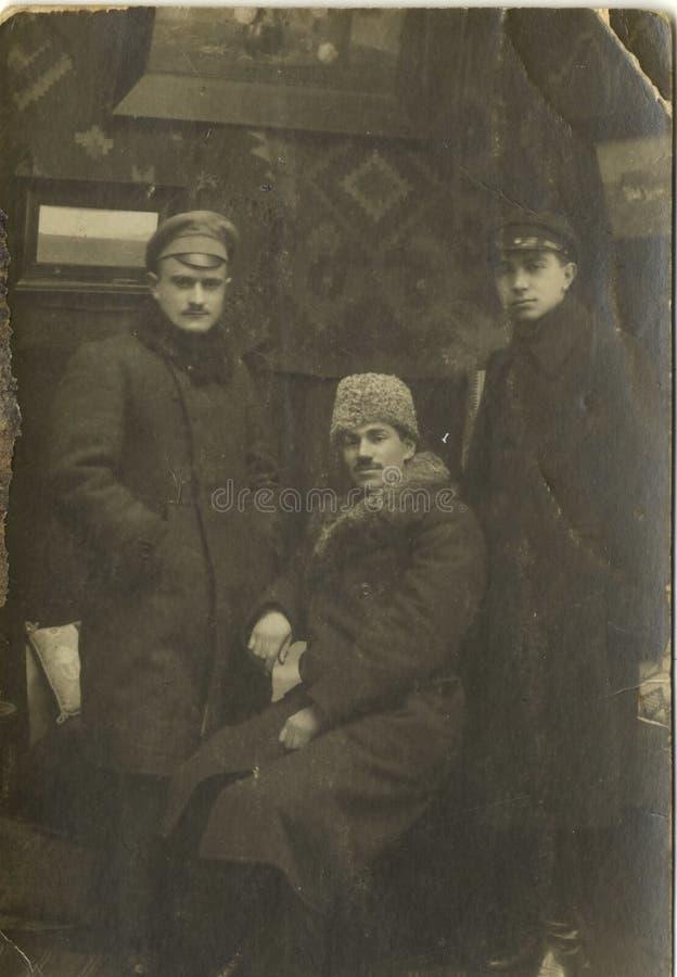 Man Group que toma a imagem no vintage de Romênia do estúdio imagem de stock