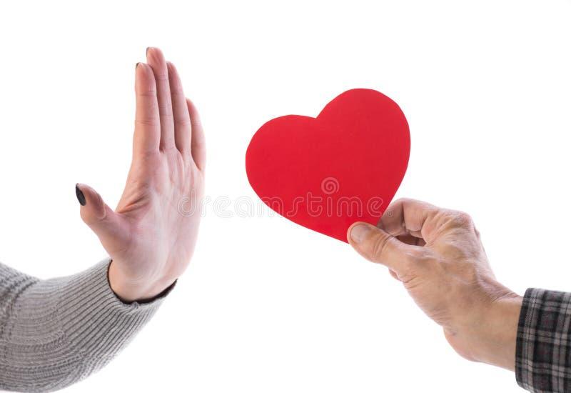 Man hållande röd hjärta, gest för kvinnadanandestopp royaltyfria bilder