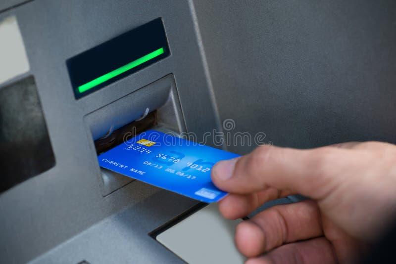 Man Hand die ATM gebruiken royalty-vrije stock fotografie