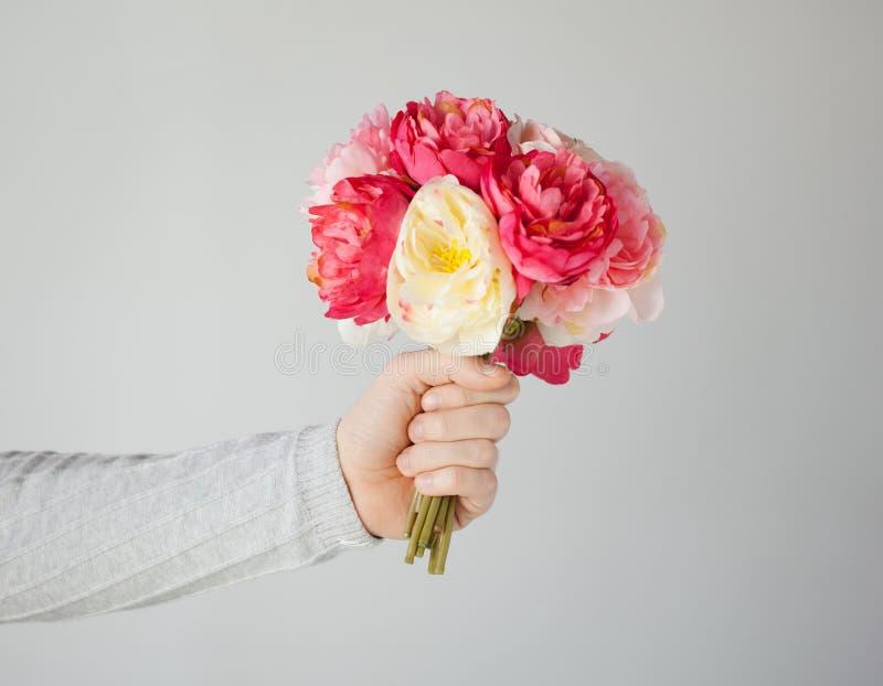 Man hand die boeket van bloemen geven stock foto's