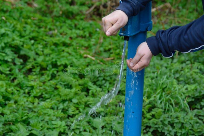 Man handen bij de waterpijp stock fotografie