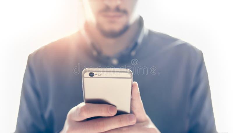 Man handen die smartphone gebruiken stock foto