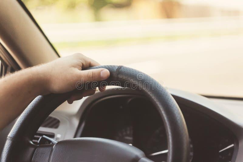 man handen op de stuurwiel retro stemmende auto stock foto's