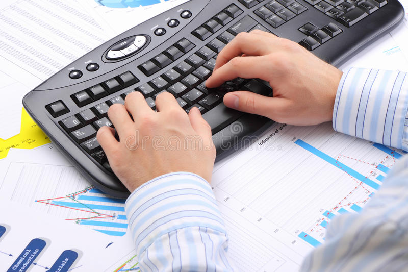 Man handen op het toetsenbord stock afbeeldingen