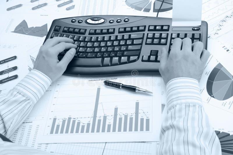 Man handen op het toetsenbord stock afbeelding
