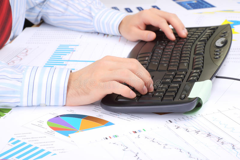 Man handen op het toetsenbord royalty-vrije stock afbeeldingen