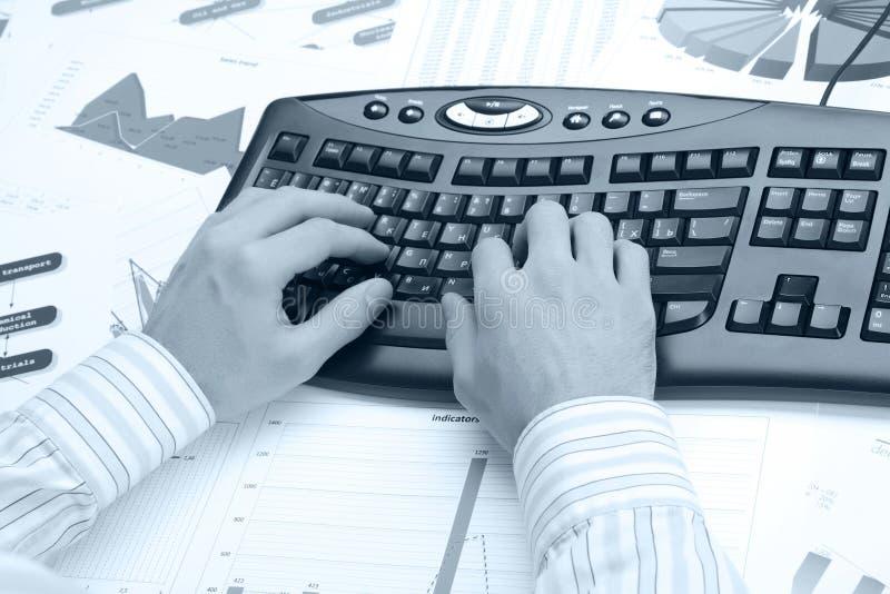 Man handen op het toetsenbord royalty-vrije stock foto
