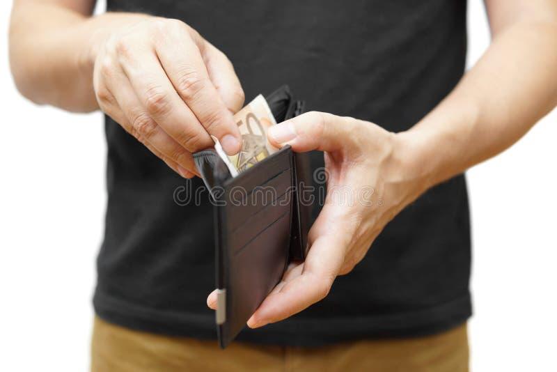 Man handen som rymmer en plånbok och ut tar pengar royaltyfria bilder