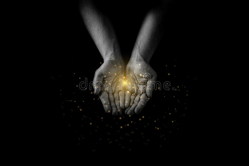 Man handenpalmen omhoog, gevend zorg en steun, het bereiken uit overhandigt het bidden voor zegen met majestueuze lichten en gloe stock fotografie