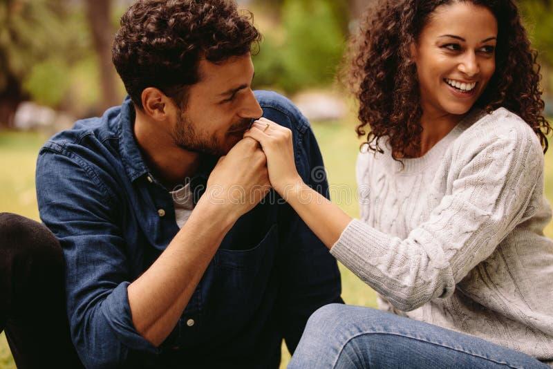 Man het kussen vrouwen` s hand stock afbeeldingen