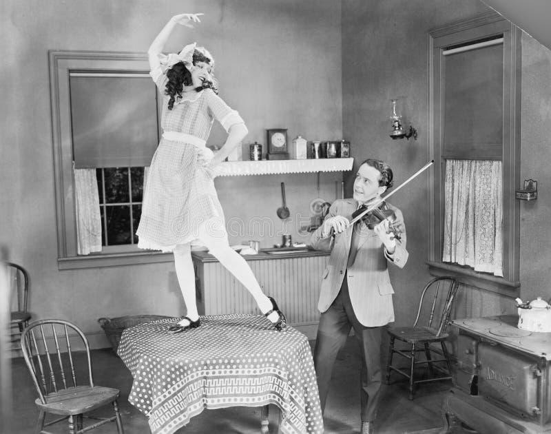 Man het spelen viool voor vrouw het dansen op lijst (Alle afgeschilderde personen leven niet langer en geen landgoed bestaat Leve royalty-vrije stock afbeeldingen