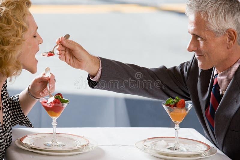 Man het voeden dessert aan vrouw royalty-vrije stock foto's