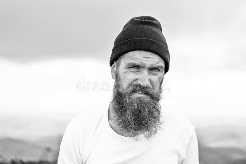 Man hipsteren med långt skägghår, mustasch på skäggig framsida royaltyfri foto