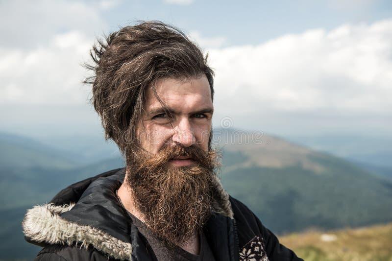 Man hipsterhandelsresanden med skägg- och mustaschståenden på berget fotografering för bildbyråer