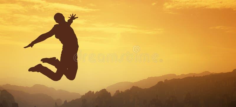 Man hoppar i form av en kontur i solnedgången royaltyfri foto