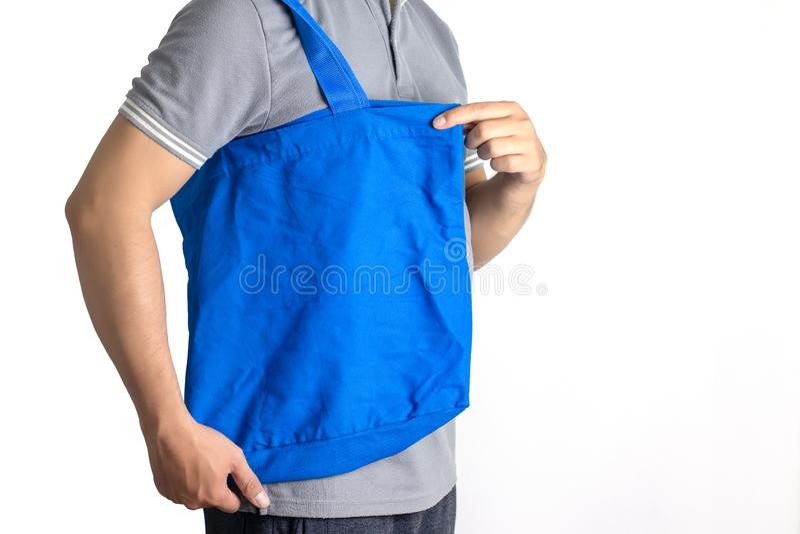 Man houdt blanco doek tote tas Eco-winkeltas stock foto