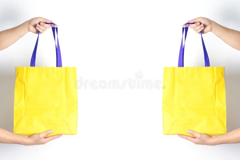 Man houdt blanco doek tote tas Eco-winkeltas royalty-vrije stock afbeelding