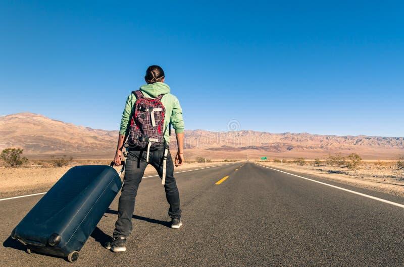 Man i öknen med bagage - Death Valley - Kalifornien royaltyfria bilder