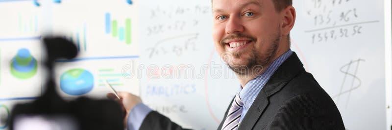 Man i block f?r graf f?r dr?kt- och bandshowstatistik royaltyfri bild