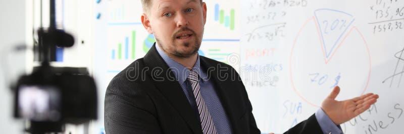 Man i block f?r graf f?r dr?kt- och bandshowstatistik arkivfoto