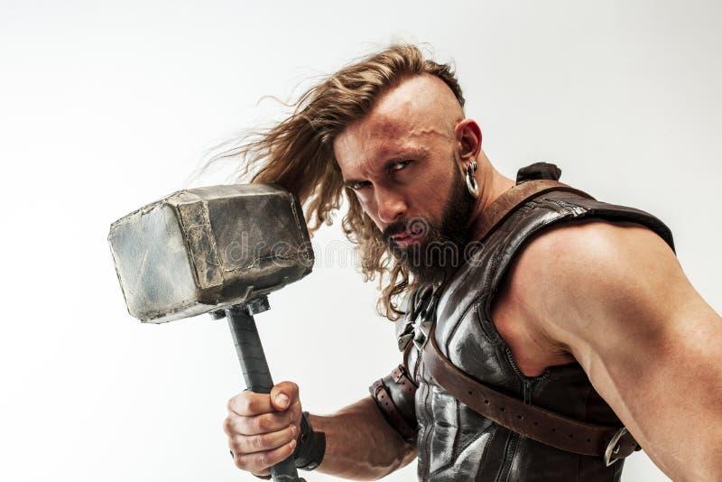 Man i cosplaying Thor som isoleras p? vit studiobakgrund arkivbild