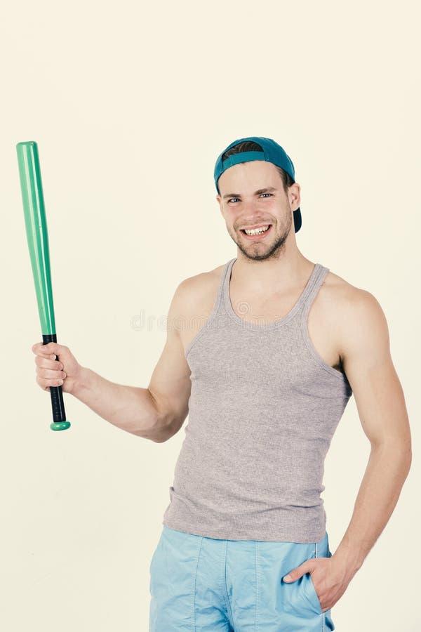 Man i cyan grönt lock på vit bakgrund Spelare med den lyckliga le framsidan som är klar att spela baseball arkivfoton